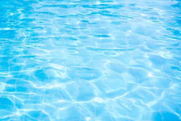 Onda de água abstrata, reflexões do sol na água da piscina