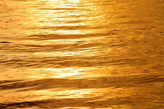 Onda de água ondulando ao pôr do sol