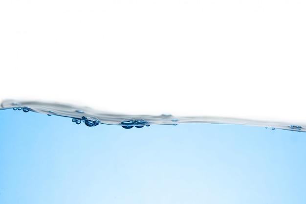 Onda de agua potável isolada no branco