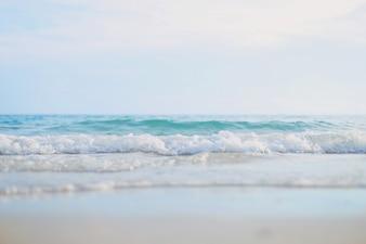 Onda de mar claro na praia em dia de sol, conceito de verão