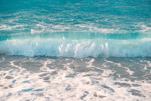 Onda de salpicos do mar lindo na praia. seascape. natureza.