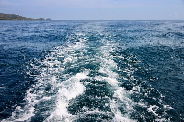 Onda do mar à popa.