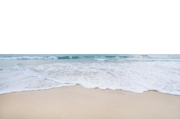 Onda do mar batendo na costa arenosa, isolada no fundo branco.
