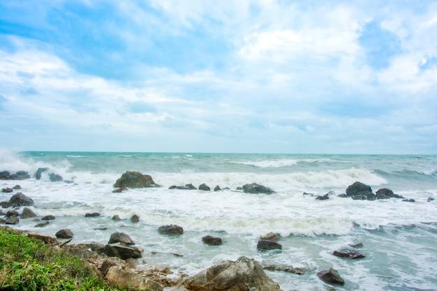 Onda do mar e linha de cosat rock