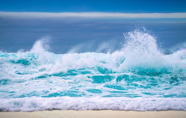 Onda do mar grande quebra