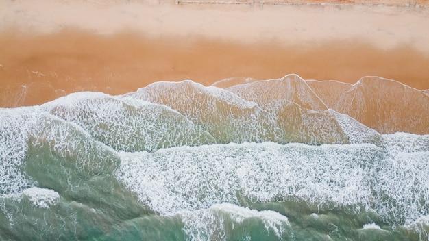 Onda do mar na areia da praia