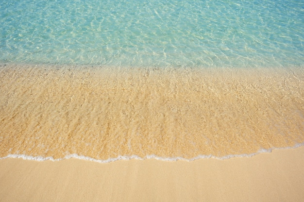 Onda do mar na praia de areia