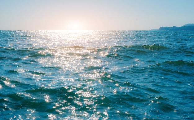 Onda do mar pequeno no mar brilhante