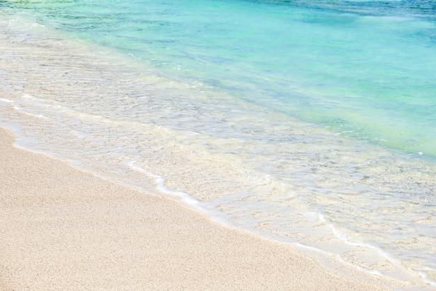 Onda do oceano azul na praia de areia branca
