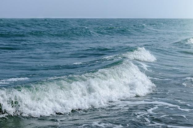 Onda do oceano branco na praia de areia.