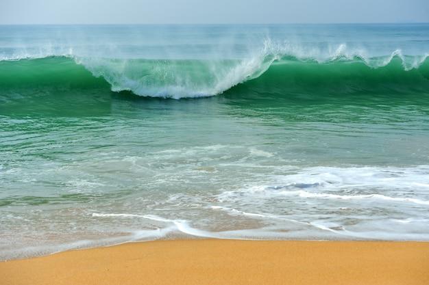 Onda do oceano na praia de areia