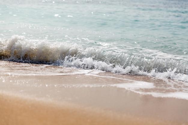 Onda espirrando em uma praia. fechar-se