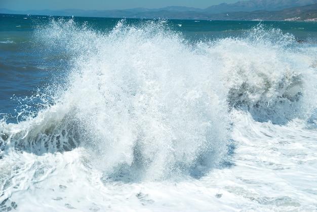 Onda grande com espuma do mar e água azul