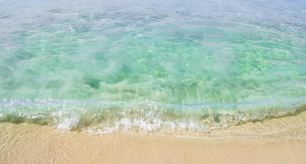 Onda macia do oceano na praia arenosa. fundo. seletivo