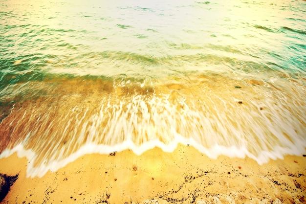 Onda quebrando na costa da praia