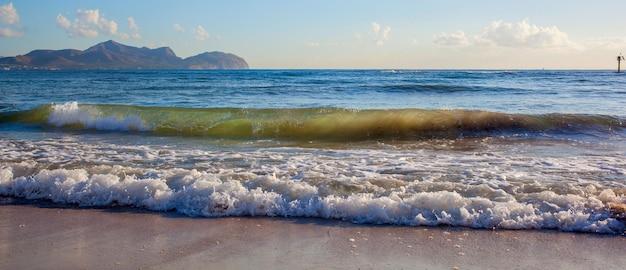 Onda suave do mar na praia de areia