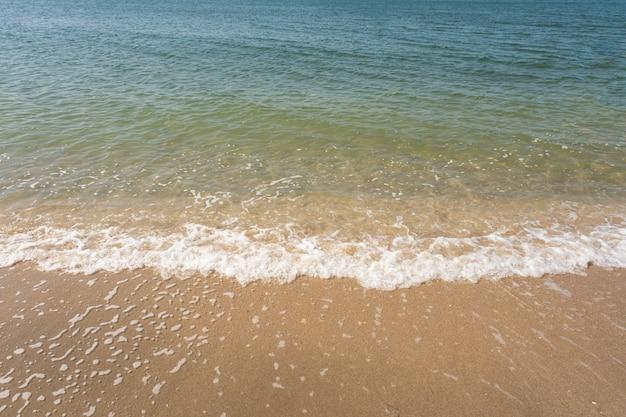 Onda suave do oceano azul em uma praia tropical no fundo do verão