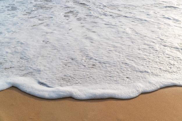 Onda suave na praia de areia branca