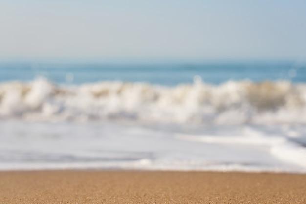 Onda turva do mar com espuma em uma praia arenosa Foto Premium
