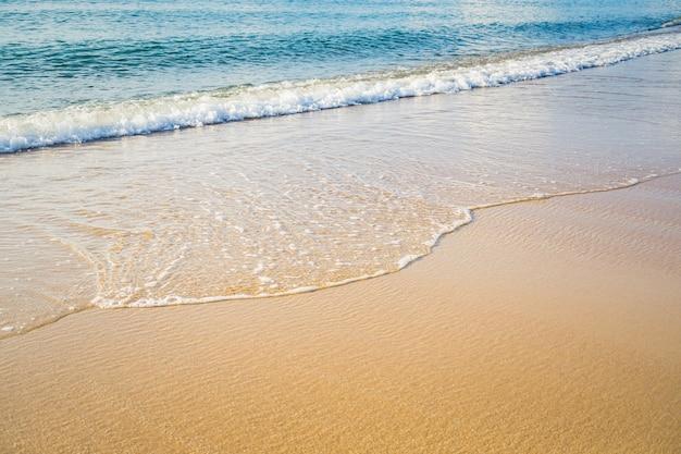 Ondas abstratas do mar branco no fundo da praia do mar costa