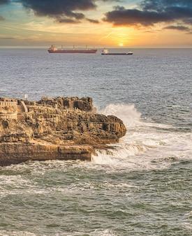 Ondas atingindo a praia e navios