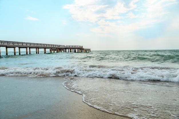 Ondas batendo em uma praia arenosa
