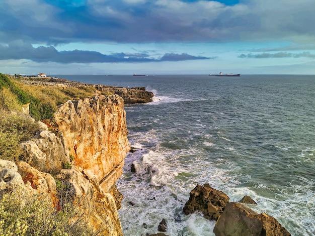 Ondas batendo nas rochas da praia de cascais
