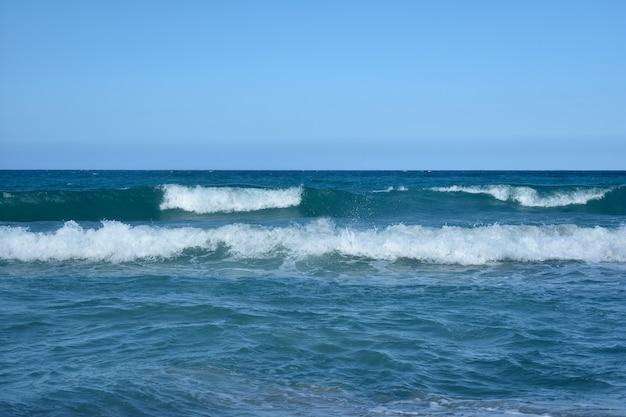 Ondas brancas no mar azul