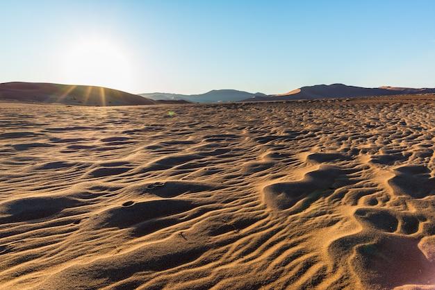 Ondas cênicas e dunas de areia em sossusvlei, atração turística e viagens na namíbia.