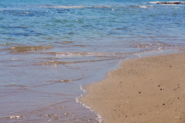 Ondas claras na praia tropical em creta, grécia.