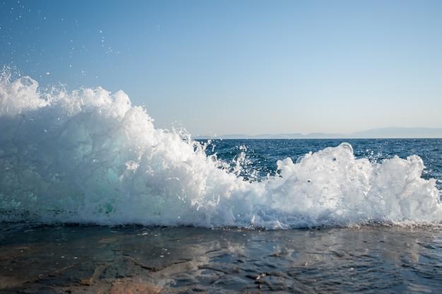 Ondas cortam o píer, as ondas interferem na natação, inseguras à beira-mar, ondas perigosas