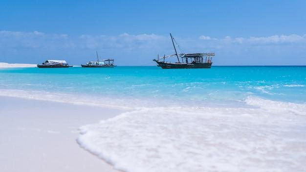 Ondas de água azul na costa de um oceano