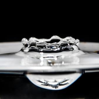 Ondas de água pequenas de close-up no efeito preto e branco