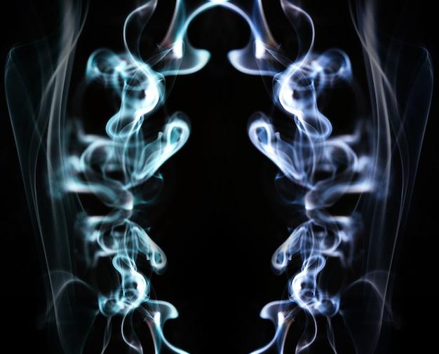 Ondas de fumaça azuis em fundo preto