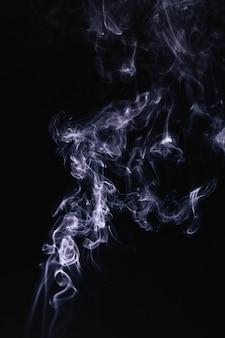 Ondas de fumaça cinza em fundo preto