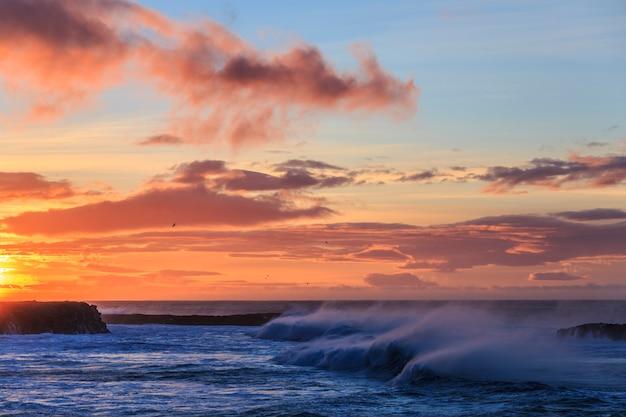 Ondas de furacão durante uma tempestade de inverno na costa da islândia