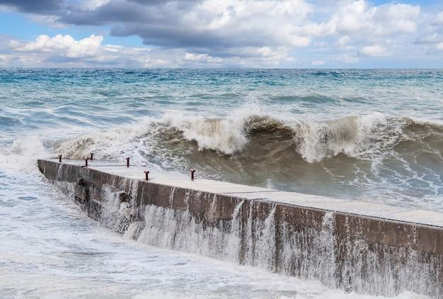 Ondas de tempestade no quebra-mar