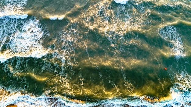 Ondas de vista aérea na praia de areia. ondas do mar na vista aérea da bela praia.
