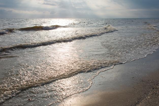 Ondas do mar ao pôr do sol. mar negro, ucrânia