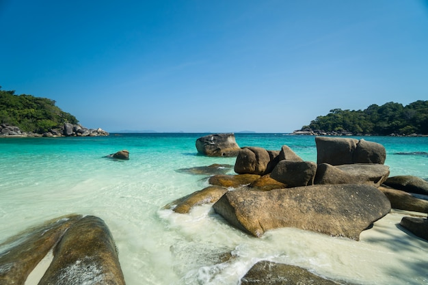 Ondas do mar, bela praia tropical e litoral rochoso e bela floresta. ilha nga khin nyo gyee mianmar. mares e ilhas tropicais no sul de mianmar