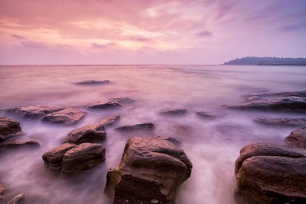 Ondas do mar chicotear rock impacto no fundo da praia