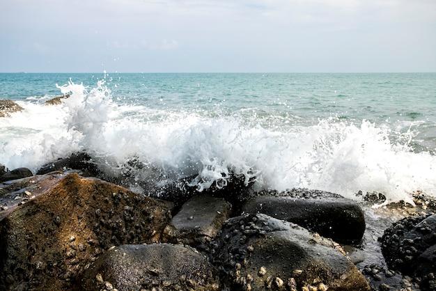 Ondas do mar durante uma tempestade em andaman