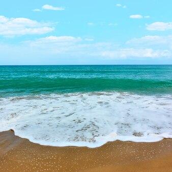 Ondas do mar e praia de areia - vista do mar