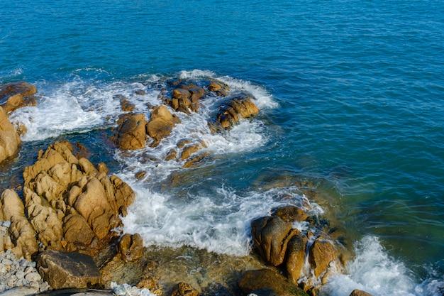 Ondas do mar espirram nas rochas