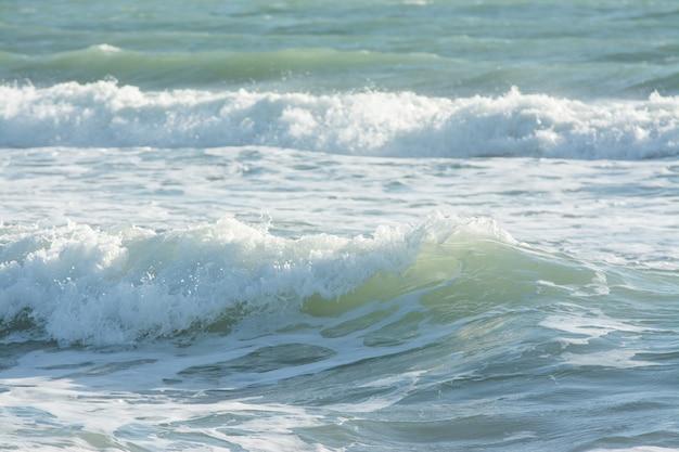 Ondas do mar mediterrâneo quebrando, água verde