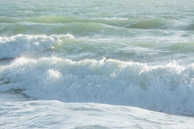 Ondas do mar mediterrâneo quebrando fundo, água verde