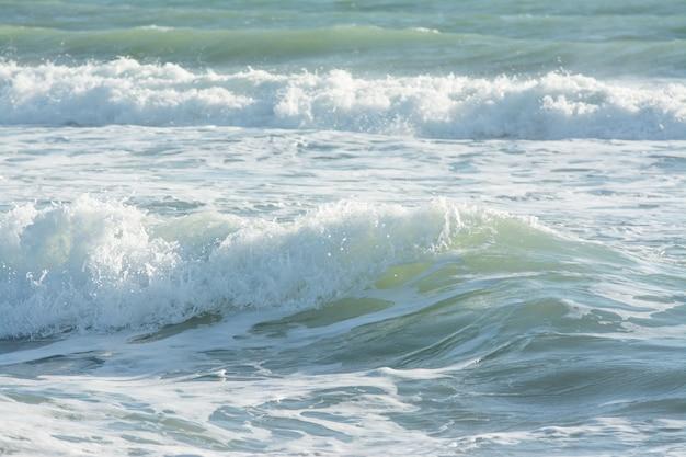 Ondas do mar mediterrâneo quebrando