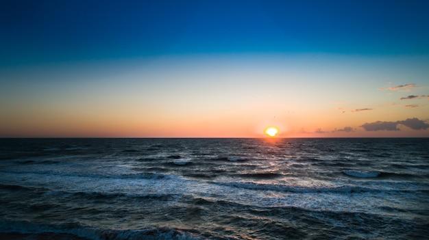 Ondas do mar na bela praia vista aérea drone tiro 4k