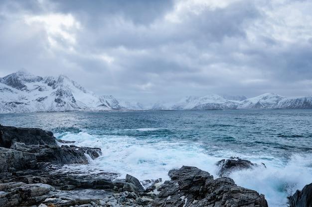 Ondas do mar norueguês na costa rochosa das ilhas lofoten, noruega