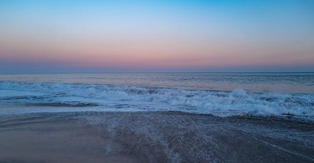 Ondas do mar oceano. onda azul. respingos de água.